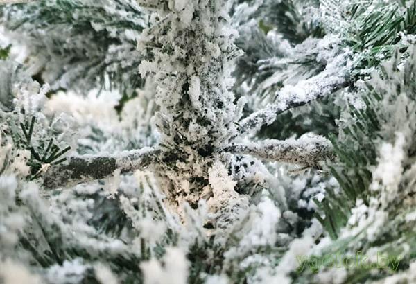 Новогодняя искусственная ёлка Arona на заснеженном металлическом стволе