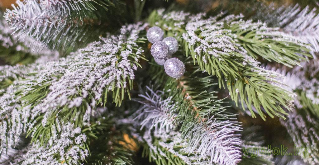 Заснеженная новогодняя искусственная ёлка Лора с комбинированной хвоей